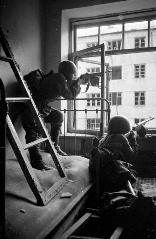 Советские автоматчики ведут бой из окна дома в Воронеже. Июль 1942 г.