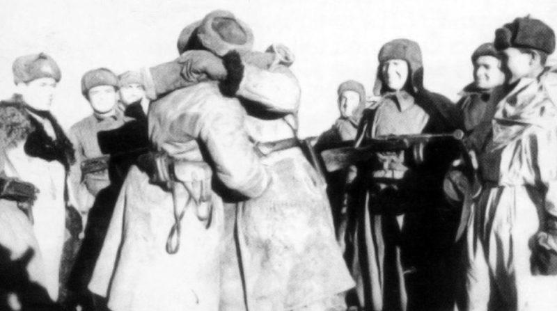 Встреча бойцов 21-й и 62-й армии на склонах Мамаева кургана во время операции «Кольцо». 26.01.1943 г.