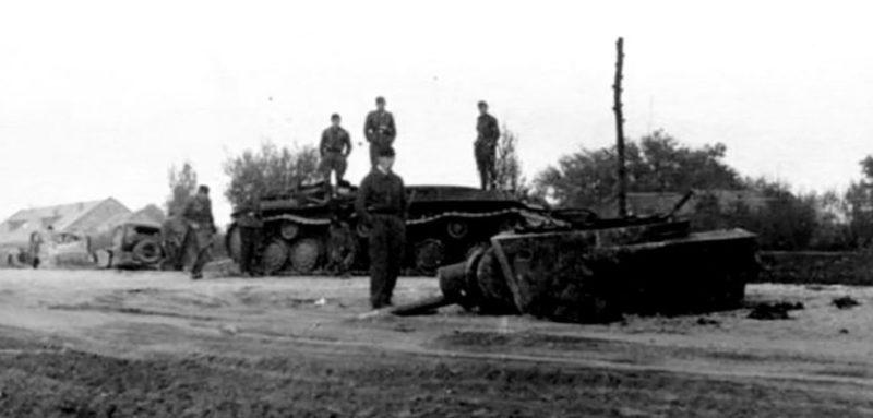 Танк КВ-1 на Московском шоссе. Подбитый в бою. 4 октября 1941 г.