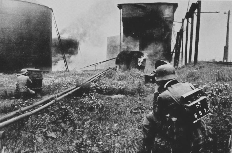 Немецкий военный кинооператор снимает бой у Рославля. Август 1941 г.