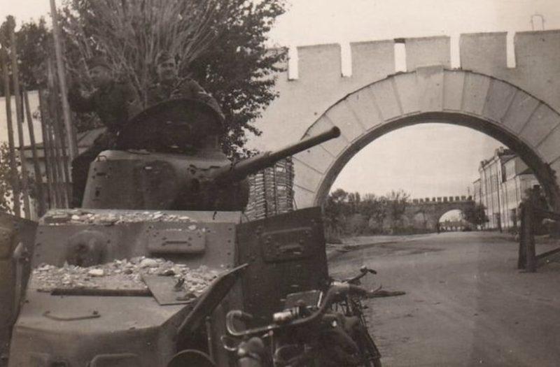 Подбитый броневик БА-10 у входа у Кремль. Август 1941 г.