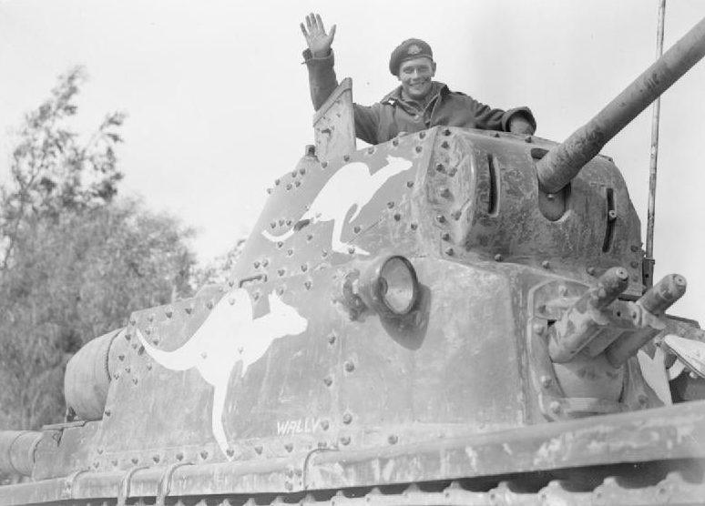 Австралиец на захваченном итальянском танке. Киренаике, Ливия. 4 марта 1941 г.