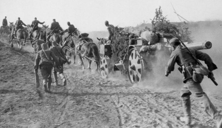 Расчет немецкой 150-мм гаубицы на конной тяге на марше в районе Ржева. 1941 г.