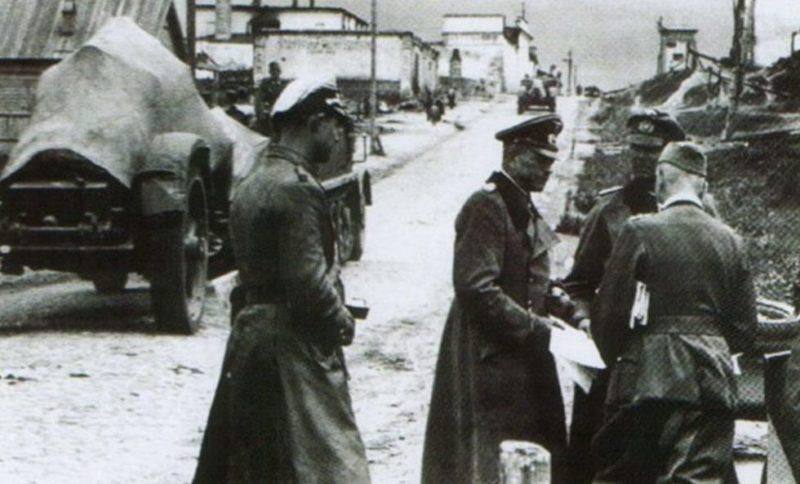 Командующий 2-й танковой группой генерал-полковник Гудериан в захваченном Рославле. Август 1941 г.