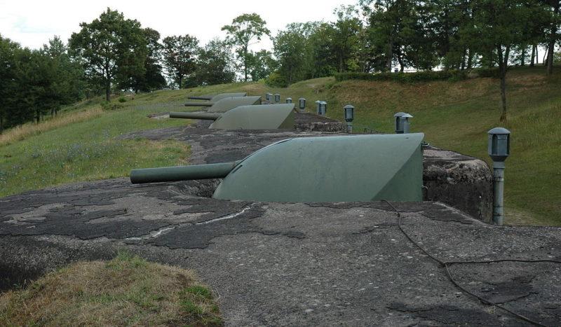 Бронебашни со 105-мм орудиями батареи №1 форта.