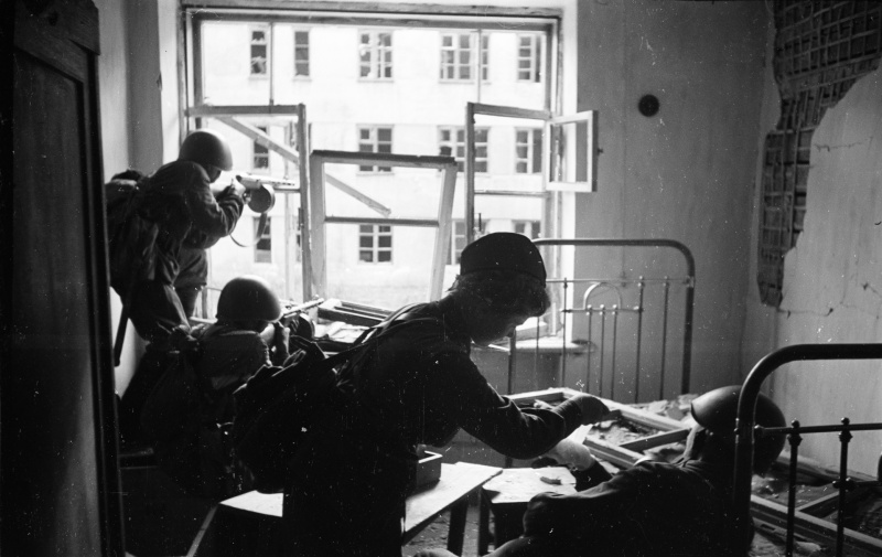 Военфельдшер перевязывает раненого красноармейца во время боев за Воронеж. Июль 1942 г.