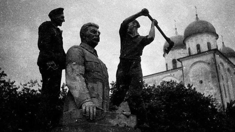 Немцы позируют на фоне памятника Сталину. Август 1941 г.