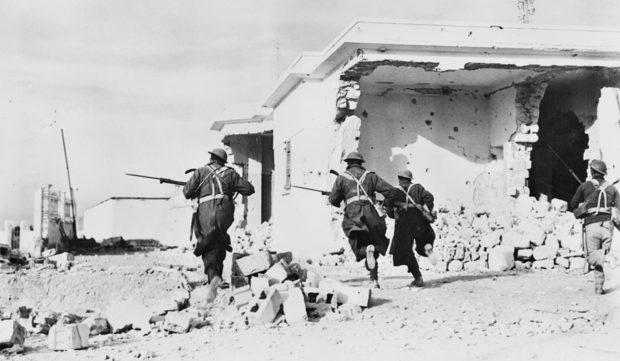 Пехота атакует на улицах Бардии. Ливия. Март 1941 г.
