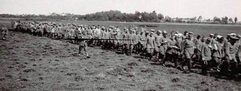 Советские военнопленные у Рославля. Август 1941 г.
