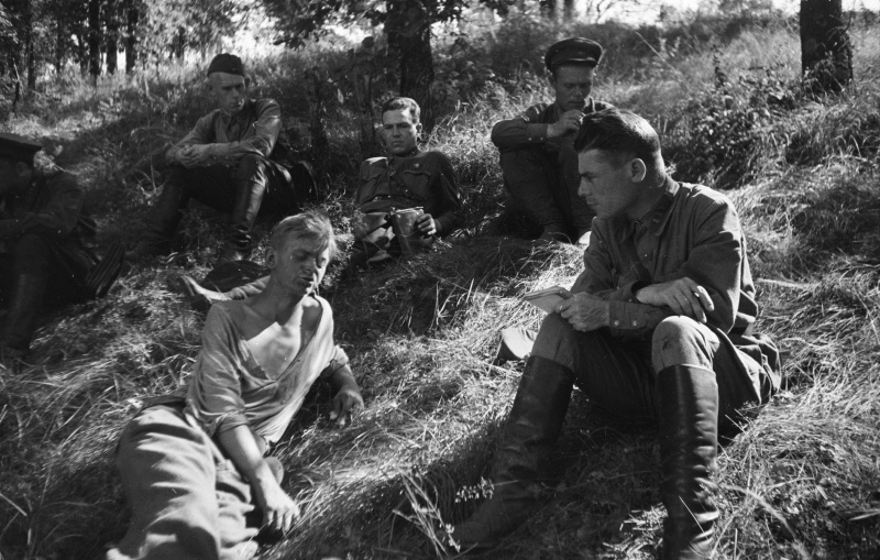 Советские офицеры допрашивают пленного немецкого солдата. Июль 1942 г.