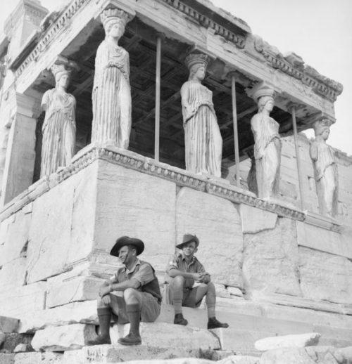 Австралийские солдаты на ступенях Акрополя в Афинах. Март 1941 года.