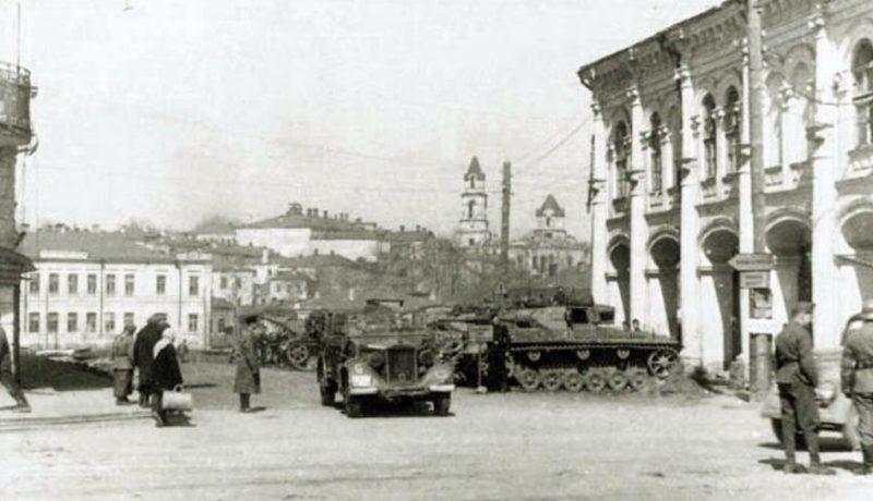 Немецкие танки у торговых рядов. Октябрь 1941 г.