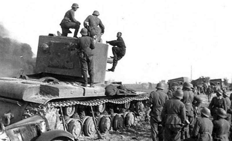 Немецкие солдаты берут в плен советского танкиста. Июль 1941 г.