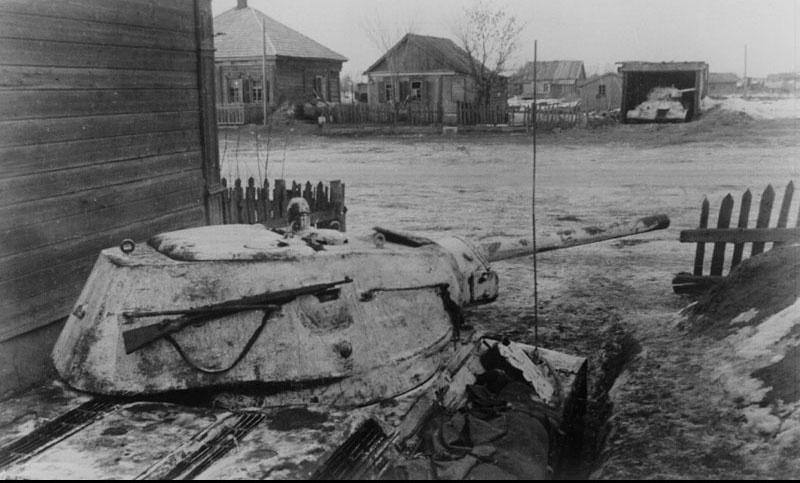Замаскированные тридцатьчетверки в районе Ржева. Январь 1942 г.