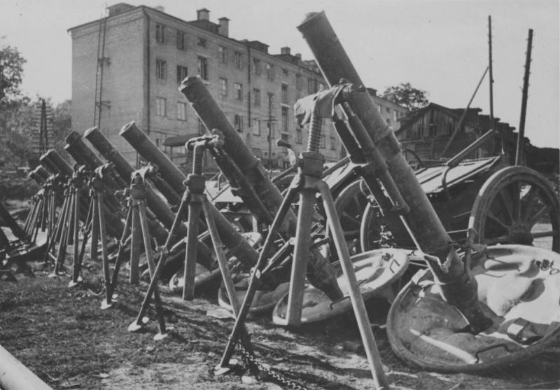 Захваченные немецкими войсками советские 120-мм минометы на улице Рославля. Август 1941 г.