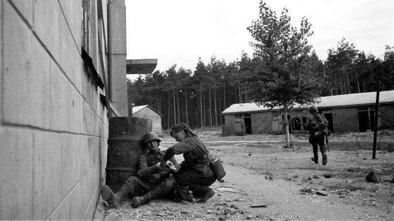 Санинструктор перевязывает красноармейца на улице Воронежа. Июль 1942 г.