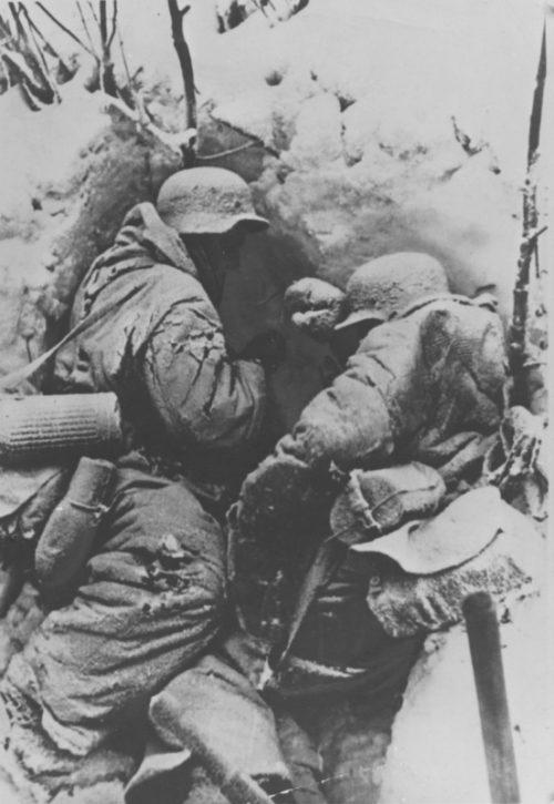 Замерзшие немецкие солдаты в снежном укрытии в Сталинграде. 1943 г.
