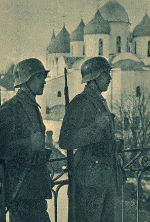 Испанские солдаты на фоне Софии Новгородской. 1941 г.