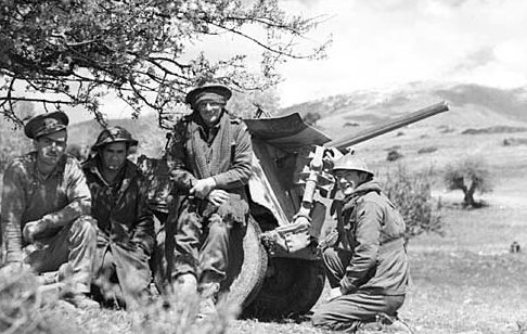 Австралийские солдаты на позициях в Греции. 13 апреля 1941 г.