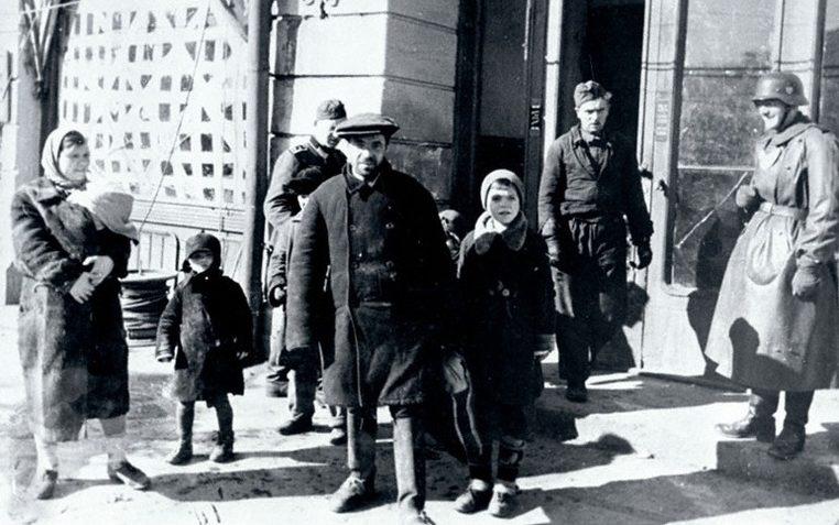 Жители Орла перед зданием комендатуры. Октябрь 1941 г.