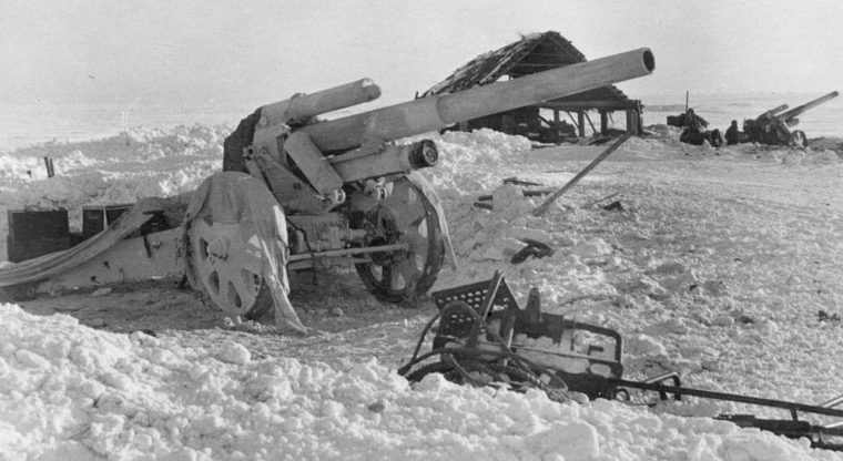 Немецкая батарея 150-мм тяжелых полевых гаубиц у Ржева. Февраль 1942 г.