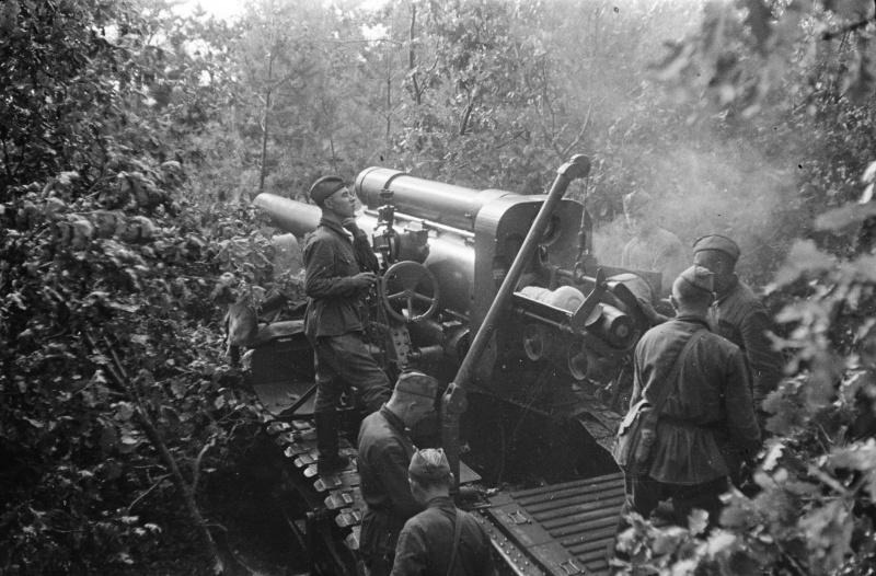 Расчет советской 203-мм гаубицы Б-4 ведет огонь на окраине Воронежа. Июль 1942 г.