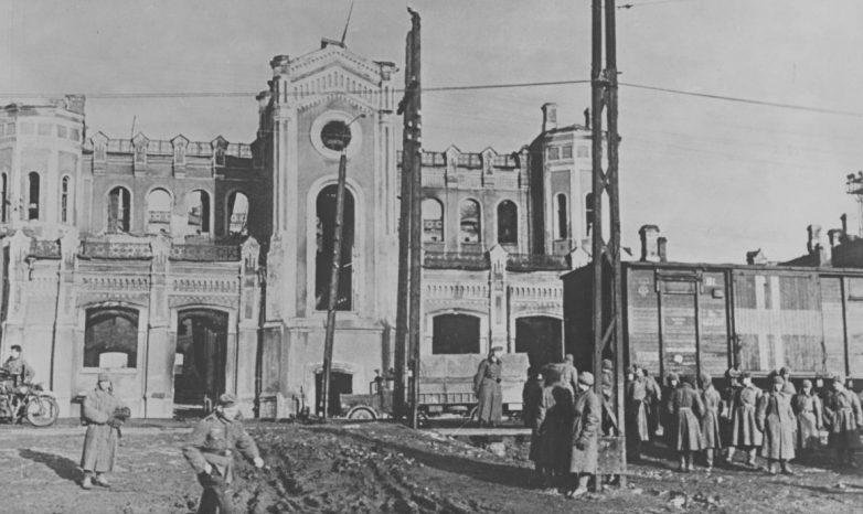 Советские военнопленные у здания вокзала. Октябрь 1941 г.