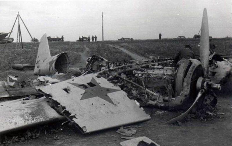 Сбитый советский бомбардировщик СБ 2М-100А. Июль 1941 г.