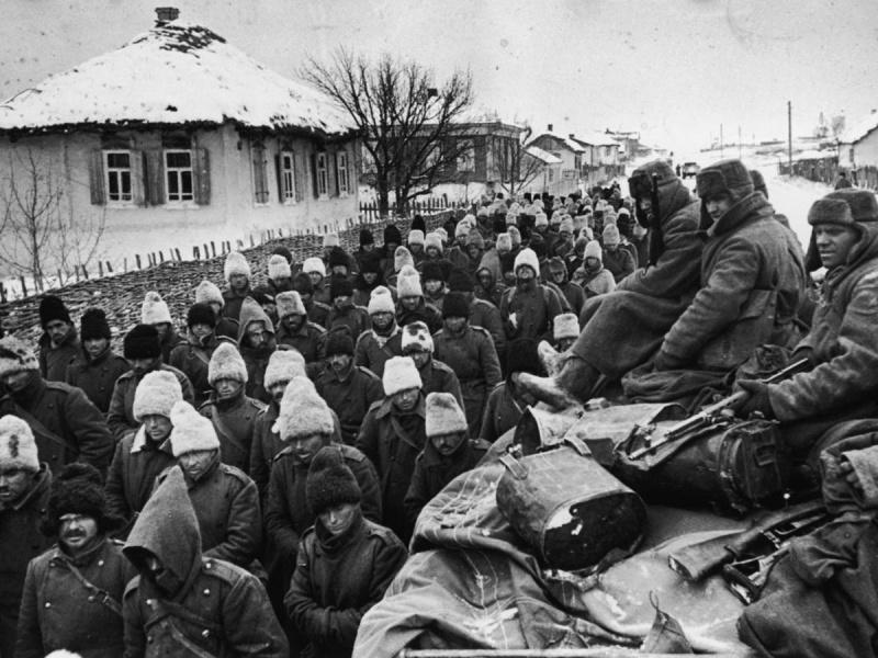 Колонна румынских солдат, захваченных в плен под Сталинградом. 1942 г.