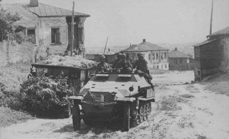 Немецкий бронетранспортер на улице Воронежа. Июль 1942 г.