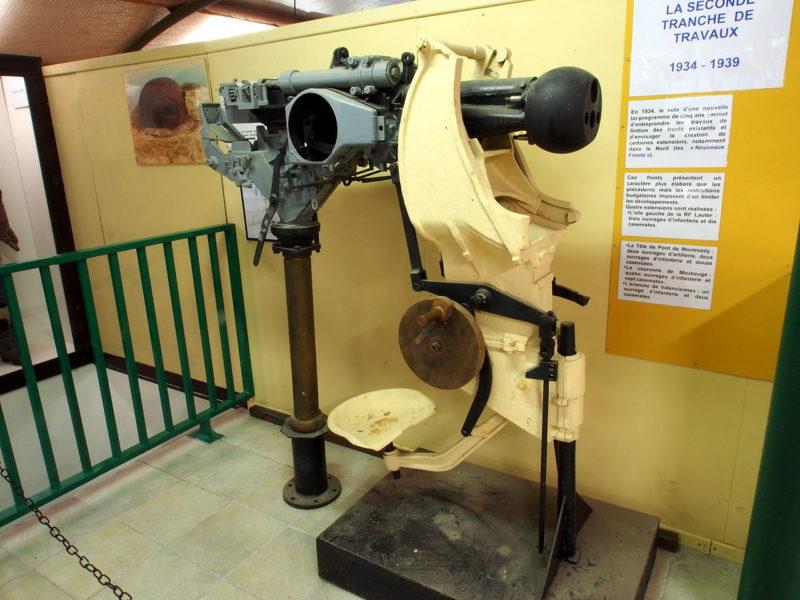 Смешанное оружие - 25-мм противотанковая пушка и спаренный пулемет.