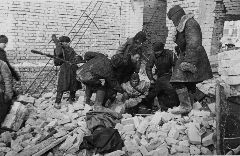 Красноармейцы вытаскивают немецкого солдата из подвала разрушенного дома в Сталинграде. 1943 г.