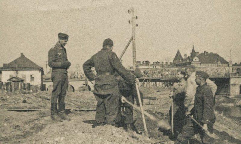 Немецкие солдаты обустраивают позицию для зенитного орудия. Октябрь 1941 г.