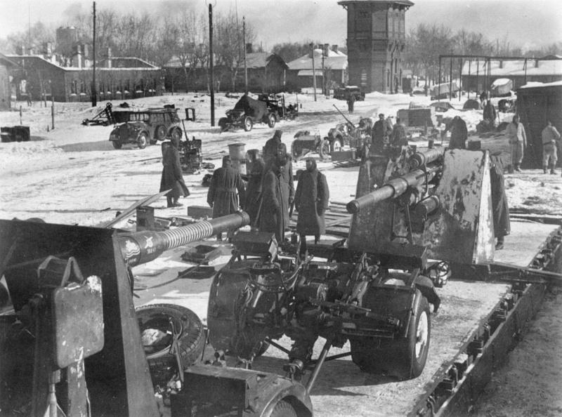 Немецкие 88-мм зенитные орудия на железнодорожной платформе в Ржеве. Февраль 1942 г.