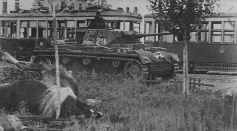 Немецкий танк на улице 20-летия Октября. Июль 1942 г.