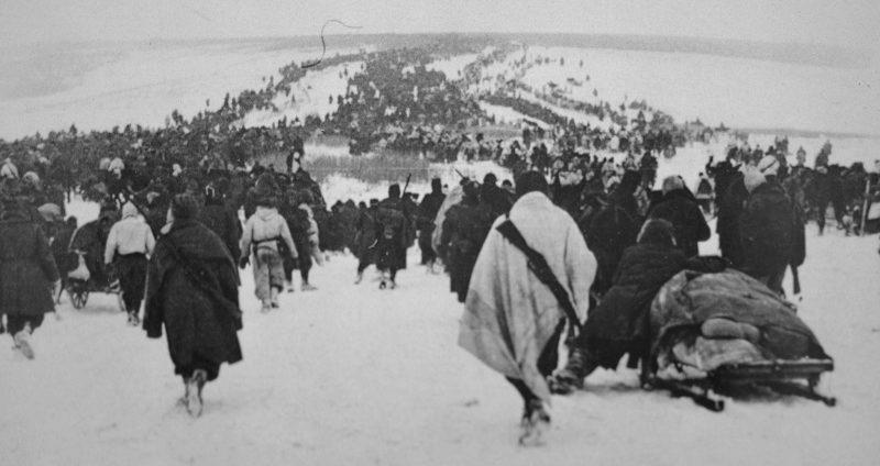 Колонны отступающих итальянских войск под Сталинградом. 1943 г.