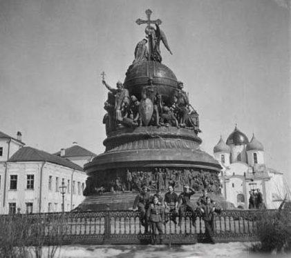 Оккупанты позируют на фоне памятника Тысячелетию России. 1941 г.