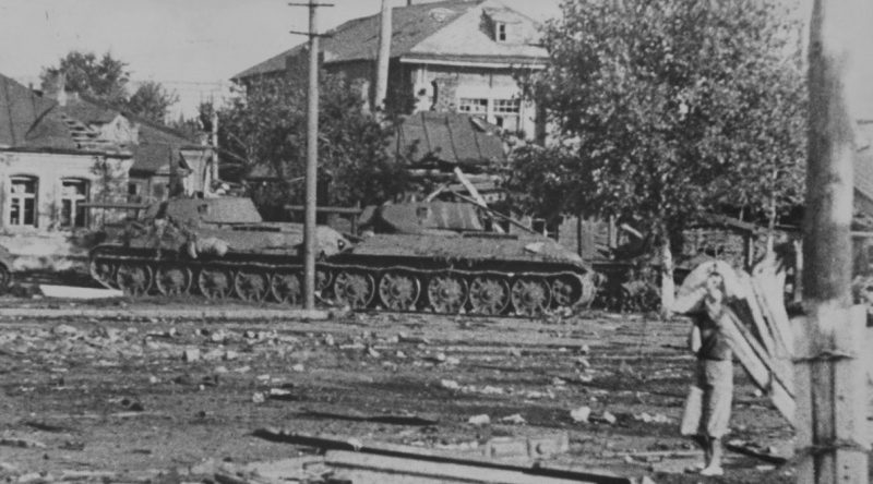 Советские танки Т-34, подбитые на улице Кольцовской. Июль 1942 г.