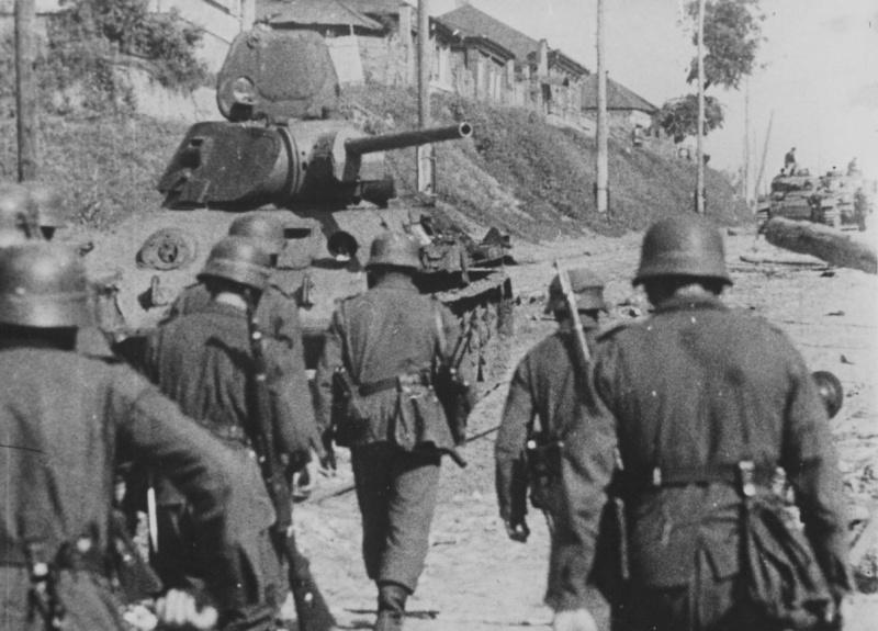 Немецкие солдаты на улице 20-летия Октября. Июль 1942 г.