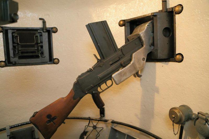 Бронеколокол изнутри с установленным ручным пулеметом.
