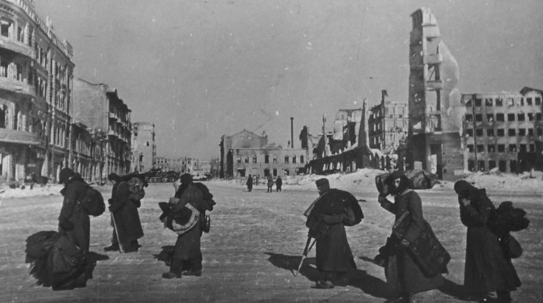 Немецкие военнопленные идут по площади Павших борцов в Сталинграде. 1943 г.