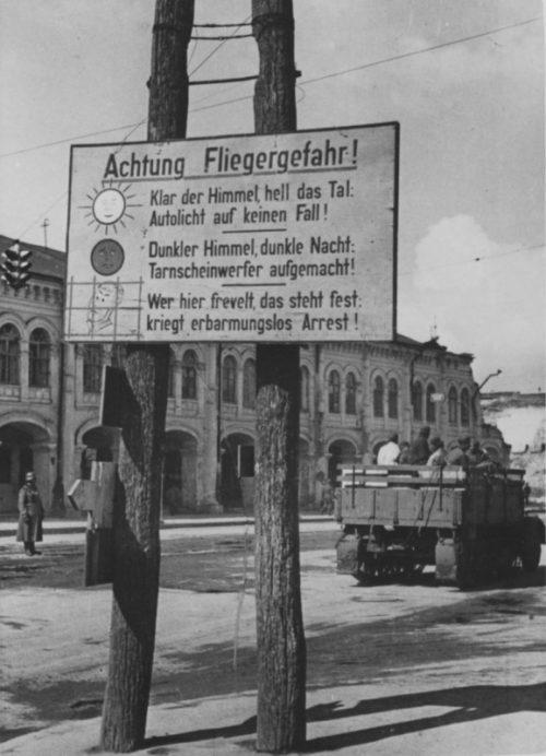 Город в оккупации. Улица Гостиная. 1941 г.