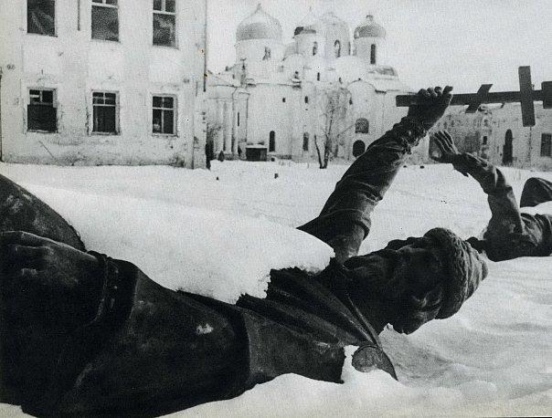 Разбитый памятник Тысячелетию России. 1941 г.