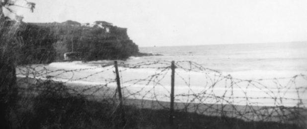 Колючая проволока на пляже Мэнли в Сиднее. 1941 г.