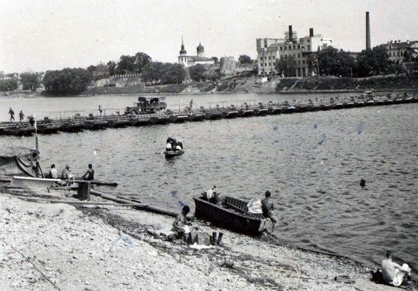 Немецкие войска наводят понтонный мост. 9 июля 1941 г.