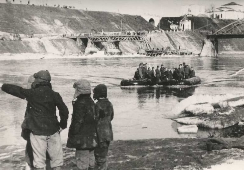 Старый арочный мост через Волгу, взорванный в октябре 1941 года при отступлении Красной Армии. Март 1942 г.