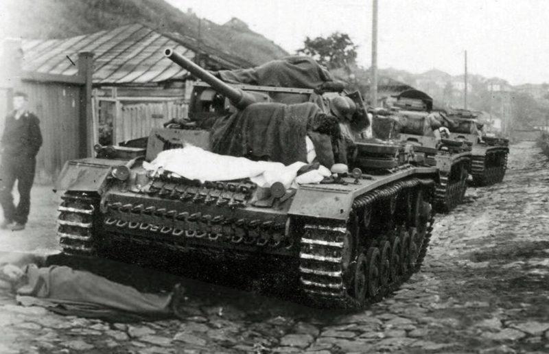 Немецкий танковый бивуак на улице Большая Стрелецкая. Июль 1942 г.