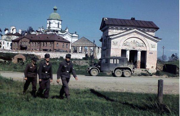 Немецкие солдаты на фоне Свято-Духова монастыря. 1942 г.