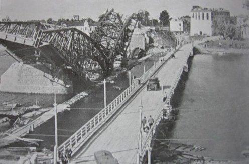 Понтонный мост у разрушенного железнодорожного. Июль 1941 г.
