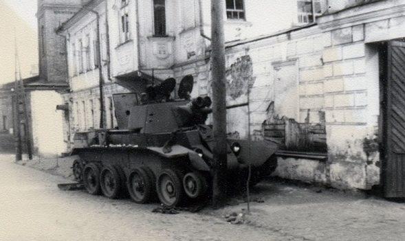 Подбитый танк БТ-7 на ул. Леона Поземского. Июль 1941 г.